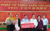 西貢時代廣場股份公司總經理張豐裕(左二)向組委會贊助1億元。