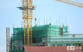 建築、旅遊和出口製造業因疫情而陷入衰退,對柬經濟和社會帶來史無前例的衝擊。 (圖:柬中時報)
