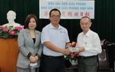 許智豪副會長(左二)與陳佩淳秘書長向范興主任(右)轉交善款。