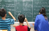 孩子們學習英語。