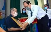 市委副書記阮胡海向范文六同志頒授60年黨齡紀念章。(圖源:越勇)