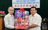范興編委(左)接受丁文森贈送的新年禮物。