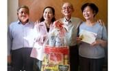 市委副書記、市人民議會主席阮氏麗(左二)向陳健智老前輩(右二)拜年。