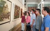 華人畫家,會員觀看畫展。