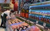一名工作人員疫情期間在北京一家超市內擺放新西蘭進口牛肉。