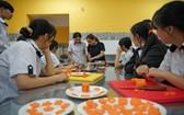 第五郡朱文安成人教育中心學生上烹飪課。