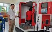 紅心企業經理劉成發攝於新添購的CNC機器。