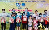 黄明福厚主席与與曾廣健向貧困民族青少年贈送禮物。