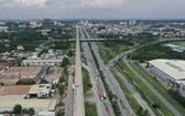 河內公路的右邊是第九郡高新技術園區, 左邊是市國立大學。