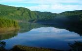 翠峰湖有如太平山上的一顆藍寶石。