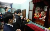 越南祖國陣線中央委員會主席陳清敏(右)在胡志明主席遺跡區67號住房上香緬懷胡志明主席。(圖源:Baochinhphu.vn)