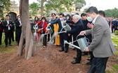 總書記、國家主席在昇龍皇城遺跡區植樹紀念