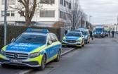 警車停在事發現場的利德總部外。(圖源:AFP)