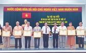 作者(左四)代表市華文文學會領取越南文學藝術協會獎狀。