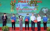 政府總理阮春福(右二)在儀式上向富安省贈送多棵綠樹。(圖源:越通社)