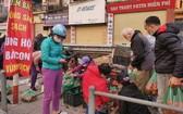 """2月21日早7時許,眾多河內市民響應""""為海陽農產品解困行動""""而前到解放街38號購買西紅柿及其它果蔬。(圖源:德明)"""
