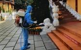 防疫工作人員對圓覺寺進行噴灑消毒。(圖源:秋莊)
