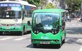 圖為行駛在第一郡咸宜街道上的一輛12座位小型巴士。(圖源:嘉明)