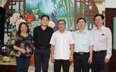 大同進公司總經理陳志強(左二)與市民族處領導合照留念。