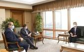 2月22日,在韓國駐伊朗大使館,韓國駐伊朗大使柳靜鉉(右)會見伊朗央行行長阿卜杜勒納賽爾·赫馬提。 (圖源:伊朗政府官網截圖)