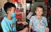 廖漢錦正照顧癱瘓的母親王桂英。