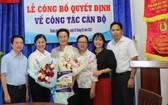同事祝賀華人幹部文國寶(左三)。