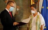 當地時間2月24日,委內瑞拉外長豪爾赫‧阿雷亞薩(左)在會面後將文件交給歐盟大使伊莎貝爾‧布瑞漢特‧佩德羅薩(右)。(圖源:Getty Images)