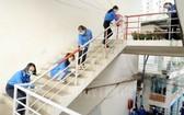 共青團員、青年打掃羅庵公寓區。