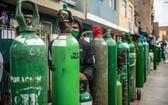 氧氣瓶被搬到卡亞俄街道上等待充氣。(圖源:AFP)