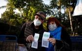 接種疫苗的老年人與綠色通行證合影。(圖源:互聯網)