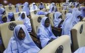 獲釋女學生在一幢政府建築物內聚集。(圖源:AP)