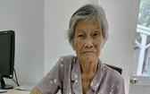 甯愛蓮向慈善組人員講訴自己的處境。