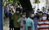 圖為2月18日,里約熱內盧一間疫苗接種中心,居民正在等候接種。(圖源:路透社)