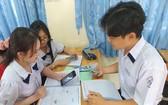 多所高中學校允許學生使用手機解答考題。