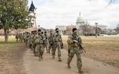 美國國民警衛軍持槍巡邏國會大廈。(圖源:互聯網)