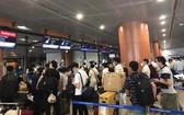 我國公民在緬甸仰光機場排隊等候辦理登機手續。(圖源:外交部)