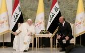 羅馬天主教教宗方濟各(左)在伊拉克總統府會晤該國總統薩利赫。(圖源:路透社)