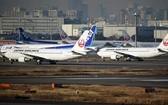 停靠在日本羽田機場的全日空和日航客機。(圖源:Getty Images)