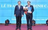 吳明春副教授(右)出任范玉石醫科大學2020-2025年任期校委會主席。(圖源:Ng. Thuận)