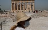 2020年5月18日,希臘雅典衛城重新向公眾開放,吸引遊客參觀。