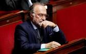 圖為2017年11月,出席法國國會答問大會中的議員兼富商達索。(圖源:路透社)