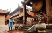 文廟-國子監國家特別遺跡區在開放之前,疫情防控工作人員對整個遺跡的空間進行噴灑消毒。(圖源:梅安)