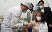本市女醫生獲接種新冠疫苗。(圖源:VGP)