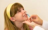 芬蘭近日研發出一款鼻噴式的新冠肺炎疫苗。圖為一名女孩接受鼻內流感疫苗的施打。(圖源:Hospital News)