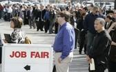人們排隊參加招聘會。(圖源:AP)