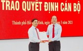 趙杜鴻福同志(左)從市委副書記阮胡海手中接過人事委任《決定》。(圖源:寶玉)