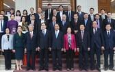 政府總理與越南祖國陣線中央委員會代表合影。(圖源:光孝)