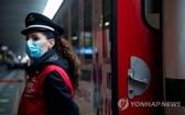 近日,意大利羅馬,為應對持續激增的新冠肺炎患者,意大利特別開通一輛鐵路醫療專列,用於在醫院人滿為患時轉運全國各地的新冠患者。(圖源:韓聯社)