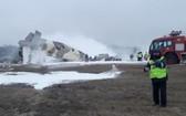 救護隊趕抵飛機墜落現場進行滅火和營救生還者。(圖源:互聯網)