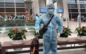 """持有""""疫苗護照""""的鄭Calvin Q越僑醫生回國。"""